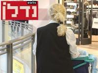 עובדת ניקיון בקניון / צילום: איל יצהר