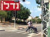 """חוצים כביש. """"בישראל אפשר לסגור מפעל מזהם, אבל לא לסגור כביש"""" / צילום: מירב מורן"""