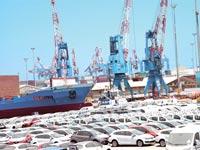 כלי רכב חדשים בנמל אשדוד. בינתיים המדינה נהנית מההכנסות ממסים / צילום: תמר מצפי