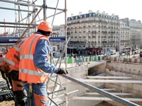 """בנייה בפריז. """"צוות קבוע שעובד עם הקבלן""""  (צילום: בלומברג)"""