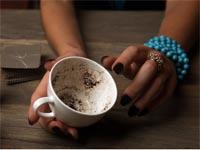 קוראת בקפה/ צילום:  Shutterstock / א.ס.א.פ קרייטיב