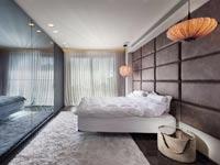 מיטה מתכווננת מחופה בריבועי עור/ צילום: אסף מונק