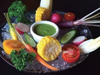 ירקות פריכים חתוכים גס על מצע קרח / צילום: תמר מצפי