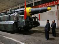שליט צפון קוריאה, קים גונג און, לצד הטיל הבליסטי הווסונג-12 / צילום: רויטרס