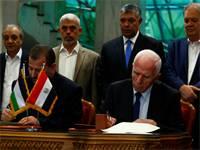 נציגי חמאס ופתח חותמים על הסכם הפיוס בקהיר / צילום: רויטרס