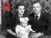 חיה שרמן לבית פינסק ובעלה מצילה ברוניסלב עם ביתם  / צילום: אלבום פרטי
