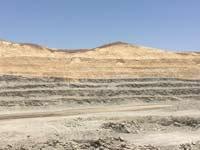 """מכרה פצלי השמן במישור רותם – שכבת פצלי השמן (השכבה האפורה) בעומק רדוד/ צילום : יח""""צ"""