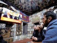 פלסטינים צופים בהכרזת טראמפ. / צילום: רויטרס