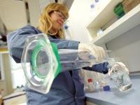 מעבדה של לונזה / צילום: רויטרס