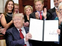 הנשיא טראמפ אחרי שחתם על צו לביצוע שינויים בחוק הבריאות/ צילום: רויטרס