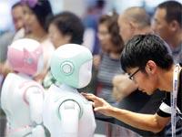 הרובוט iPal מופעל על ידי מסך מגע בחזהו/ צילום: רויטרס, Thomas Peter
