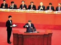 נשיא סין, שי ג'ינגפינג, לוגם תה במהלך נאומו בוועידת המפלגה הקומוניסטית / צילום:  Aly Song, רויטרס