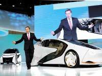 מנהל בטויוטה מציג את המכונית / צילום: רויטרס Kim Kyung Hoo