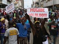 מפגינים בהרארה  / צילום: רויטרס, Philimon Bulawayo