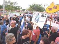 הפגנה סמוך לביתו של היועץ המשפטי לממשלה / צילום: אביב חופי