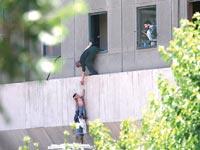 אנשים נמלטים מההתקפה בפרלמנט האיראני / צילום: רויטרס