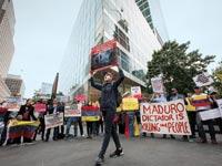 הפגנות מחוץ למטה גולדמן זאקס בניו יורק נגד שלטון מאדורו בוונצואלה / צילום: בלומברג
