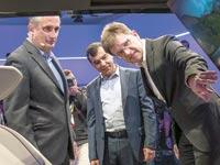 בריאן קרזניץ', משמאל, ואמנון שעשוע, במרכז, בכנס CES / צילום: בלומברג