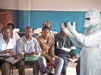 תושבים בסיירה לאון מקבלים הדרכה על ציוד הגנה מהידבקות באבולה / צילום: רויטרס