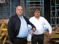האחים אמיר (מימין) ופיני יעקובי. המשפחה קיבלה בספטמבר דיבידנד של 10 מיליון שקל  / צילום: אריק סולטן