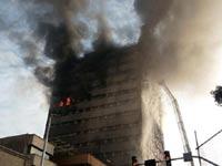 מגדל נשרף ומתמוטט באיראן/ צילום: מהוידאו
