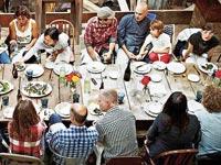 משתתפים בארוחה של EatWith / צילום: אתר החברה