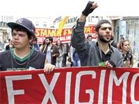 """מפגינים צעירים בפורטוגל עם השלט """"אנחנו תובעים"""". """"הדור המיואש"""", קוראים להם שם / צילום: רויטרס"""