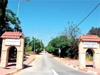 הכניסה לבית הספר החקלאי / צילום: גיל ארבל