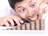 איש מנסה לחסוך כסף / צילום: shutterstock