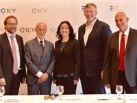 מימין לשמאל: אהרון אהרון, מאיר יוקלס, רמונה סמסון, פייר לואיג׳י גילברט, השגריר עמנואל ג׳יופרט / צילו
