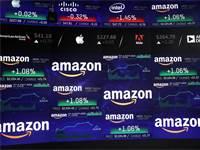 מניית אמזון על מסכי וול סטריט רגעים לאחר ההגעה לשווי טריליון דולר / צילום: Reuters