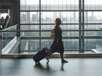 אישה עם מזוודה בשדה תעופה / צילום: איל יצהר