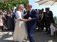 צמד הפוליטיקאים בריקוד / צילום: רויטרס