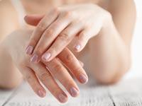 בגב כפות הידיים ניכרים הסימנים הראשונים של ההזדקנות/  צילום:Shutterstock/ א.ס.א.פ קרייטיב