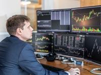 ברוקר במשרד/צילום:  Shutterstock/ א.ס.א.פ קרייטיב