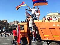 מפגינים בכיכר הרפובליקה בבירת ארמניה ירוואן, החודש / צילום: רון שוורץ