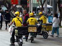 שליחים של מייטואן בשנזן שבסין / צילום: Shutterstock