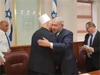 """נתניהו מתחבק עם המנהיג הרוחני של העדה הדרוזית / צילום: לע""""מ"""