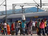 נוסעים בתחנת רכבת בדלהי / צילום: רויטרס, Saumya Khandelwal