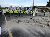 עובדי מלט הר טוב חוסמים את הכניסה לירושלים / קרדיט תמונות: עובדי מלט הר טוב