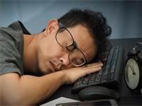 עובד יפני עייף / צילום: SHUTTERSTOCK