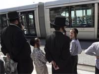 חרדים, תחנת הרכבת הקלה, ירושלים / צילום: רונן זבולון, רויטרס