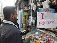 """אדם קונה כרטיס להגרלת הענק של מיליארד דולר בארה""""ב / צילום: רויטרס"""