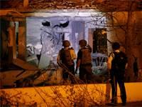 כוחות הביטחון בוחנים את ההרס שנגרם לבית באשקלון מפגיעת טיל שנורה מעזה / רויטרס