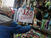 אדם קונה כרטיס להגרלת הלוטו השבוע / צילום: רויטרס