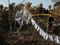 """חייל צה""""ל לצד עפיפון טרור ברצועת עזה / רויטרס"""