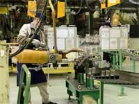"""עובד ייצור בארה""""ב / צילום: שאטרסטוק"""