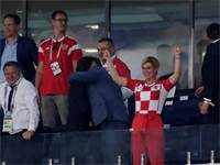 נשיאת קרואטיה קולינדה גראבלר-קיטרוביץ' חוגגת במונדיאל \ צילום: רויטרס