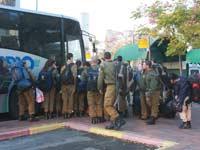 חיילים עולים לאוטובוס / צילום: רוני שיצר