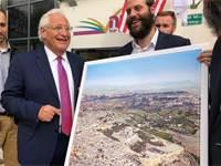 השגריר דיוויד פרידמן עם התמונה / צילום: ישראל כהן, כיכר השבת